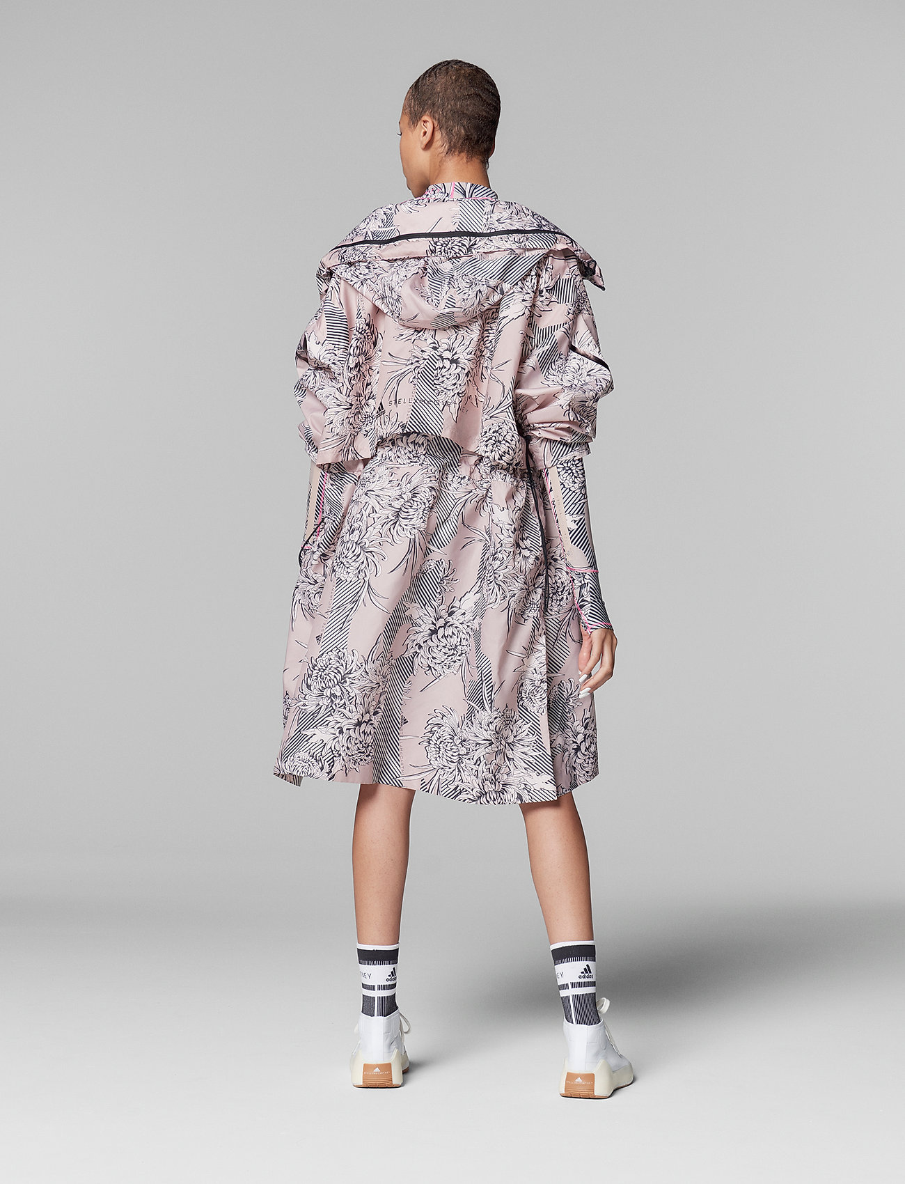adidas by Stella McCartney - Long Lightweight Allover Print Parka W - parka coats - pnktin/talc/pearos/bl - 3