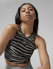 adidas by Stella McCartney - Print Crop Top W - crop tops - black/silvmt - 0