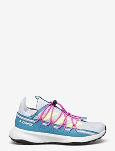 Terrex Voyager 21 Travel  W - running shoes - halblu/hireye/scrpnk