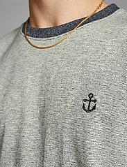 Anerkjendt - AKKIKKI CURV EMB - t-shirts - sky captain - 4