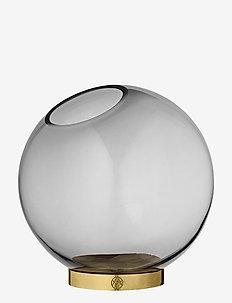 GLOBE vase w. stand - interiör - black/gold