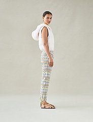 Baum und Pferdgarten - NEMA - casual trousers - peachyellowblack check - 0