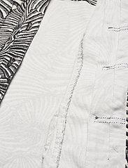 Baum und Pferdgarten - BECCA - vestes en jean - black tiger shell - 5