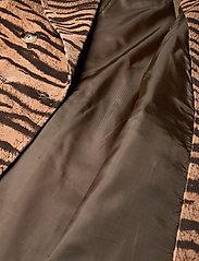 Baum und Pferdgarten - DORETTA - trenchcoats - dark tiger - 4