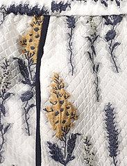 Baum und Pferdgarten - NAOMI - casual shorts - organza flower - 5