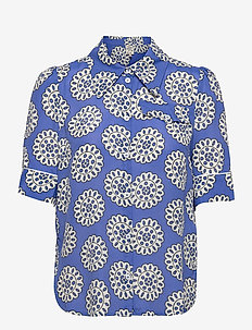 MACE - lyhythihaiset paidat - white blue rosette
