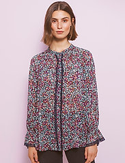 By Malina - Ivey blouse - långärmade blusar - wild blossom - 0