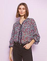 By Malina - Ivey blouse - långärmade blusar - wild blossom - 4