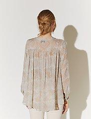 By Malina - Sacha blouse - långärmade blusar - pastel paisley - 4