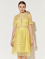 By Malina - Emily dress - cocktailklänningar - lemon - 0