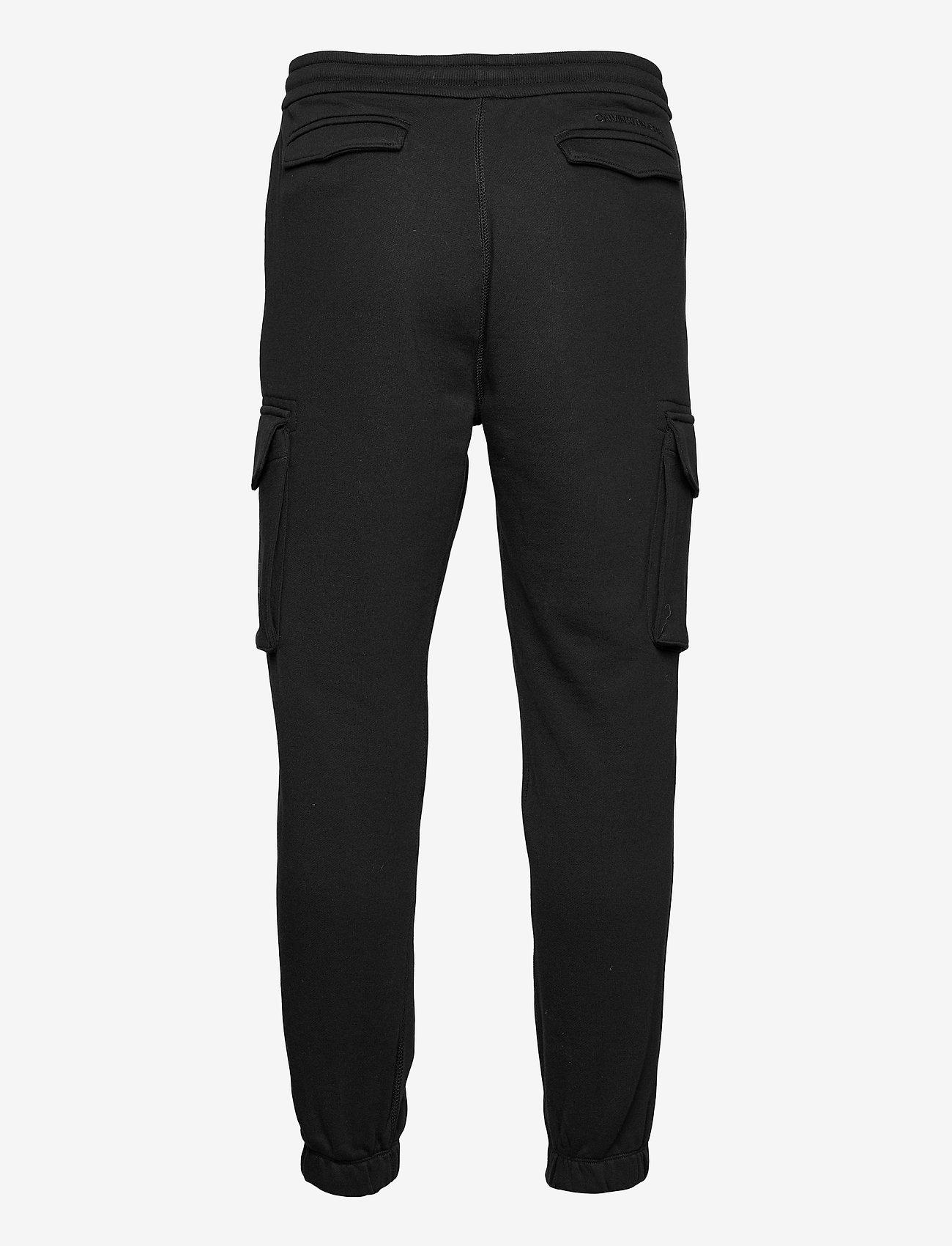 Calvin Klein Jeans - CARGO BADGE FLEECE PANT - cargobroek - ck black - 1