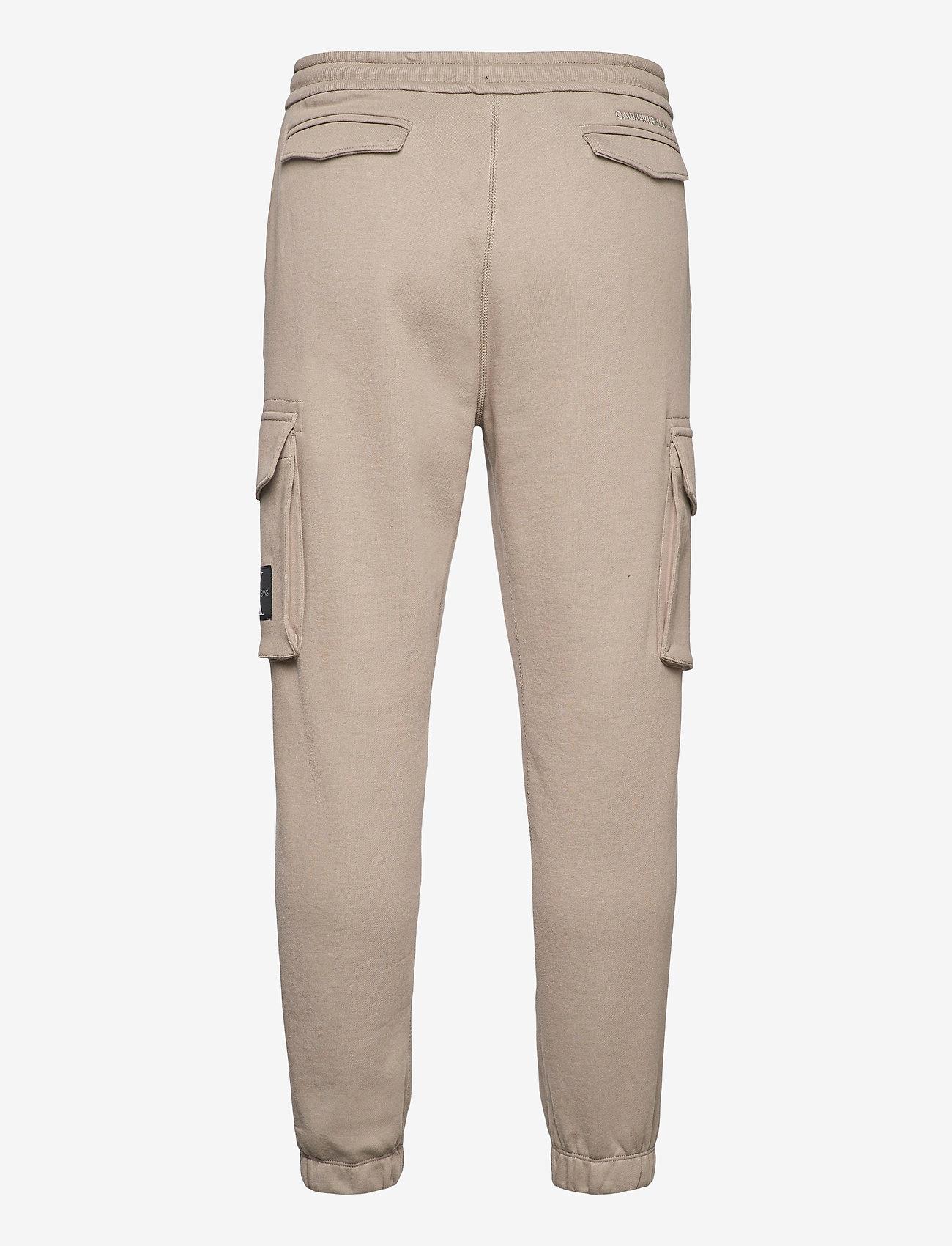Calvin Klein Jeans - CARGO BADGE FLEECE PANT - pantalon cargo - elephant skin - 1