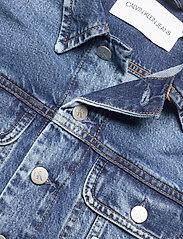 Calvin Klein Jeans - 90S CROP TRUCKER - jeansjakker - ab076 icn mid blue - 2