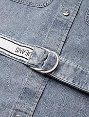Calvin Klein Jeans - RELAXED SHIRT DRESS BELT - skjortekjoler - ab078 icn light blue belt - 4