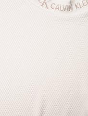 Calvin Klein Jeans - LOGO TRIM RIB TEE - strikkede topper - white sand - 2