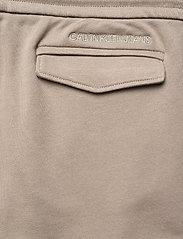 Calvin Klein Jeans - CARGO BADGE FLEECE PANT - pantalon cargo - elephant skin - 5