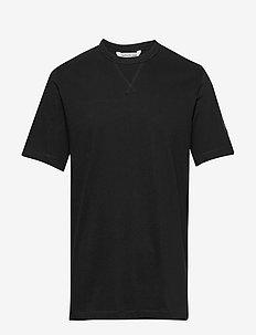 MONOGRAM SLEEVE BADGE REG TEE - podstawowe koszulki - ck black