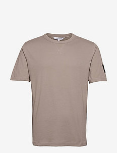 MONOGRAM SLEEVE BADGE REG TEE - t-shirts basiques - elephant skin