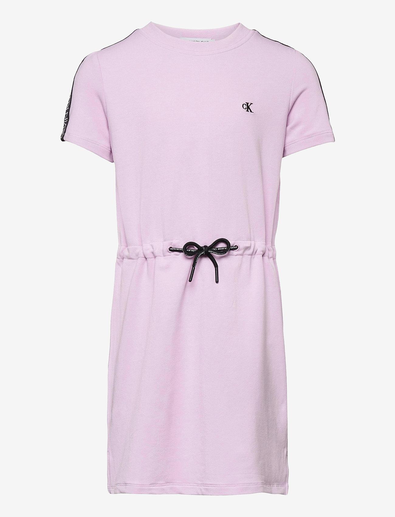Calvin Klein - LOGO TAPE SLEEVE DRESS - kleider - lavender pink - 0