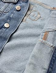 Calvin Klein - GIRLS TRUCKER - MNGR POWD CMF - jeansjacken - monogram powdery comfort - 4