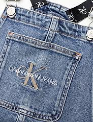 Calvin Klein - DUNGAREE DRESS MNGR - jurken - monogram powdery comfort - 2