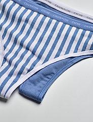 Calvin Klein - THONG 2PK - stringi - azure/marching stripe_azure - 1