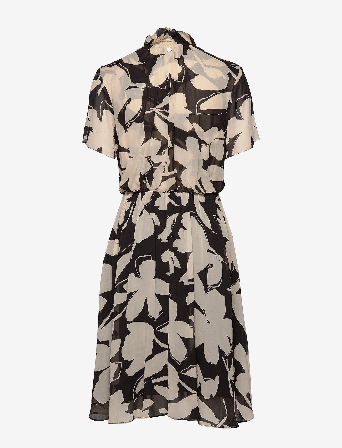 Prt Georgette Ruffle (Bold Floral - Black / Macadami) (1960 kr) - Calvin Klein