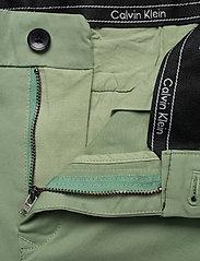Calvin Klein - SLIM FIT GARMENT DYE - tailored shorts - granite green - 3