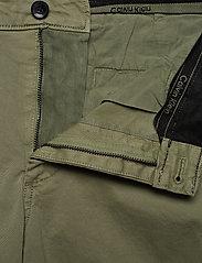 Calvin Klein - GARMENT DYED CARGO SHORTS - cargo shorts - delta green - 3