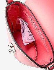 Calvin Klein - LOCK BUCKET MICRO - bucket-laukut - coral - 4