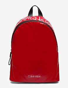 CK ESSENTIALS BACKPACK - CHERRY