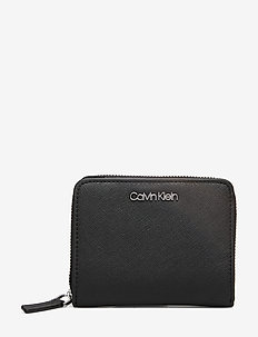 CK TASK MED WALLET W/FLAP - BLACK