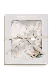 Cam Cam Copenhagen - Gift Box with Swaddle and Peacock Rattle - sleep time - swaddle: pressed leaves rose rattle: powder - 0