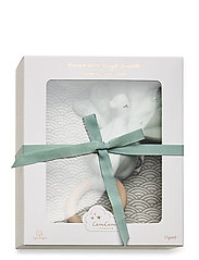 Cam Cam Copenhagen - Gift Box with Swaddle and Peacock Rattle - sleep time - swaddle: grey wave rattle: blue mist - 0
