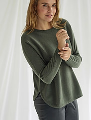Davida Cashmere - Curved sweater - sweaters - army green - 0