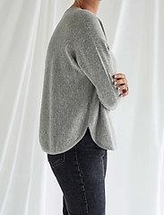 Davida Cashmere - Curved Sweater - sweaters - light grey - 0