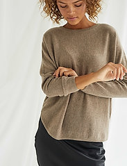 Davida Cashmere - Curved Sweater - sweaters - mink - 0
