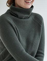 Davida Cashmere - Raglan Rib Loose Fit Sweater - cashmere - army green - 0