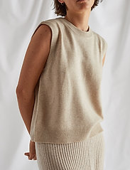 Davida Cashmere - O-neck Vest - knitted vests - light beige - 0