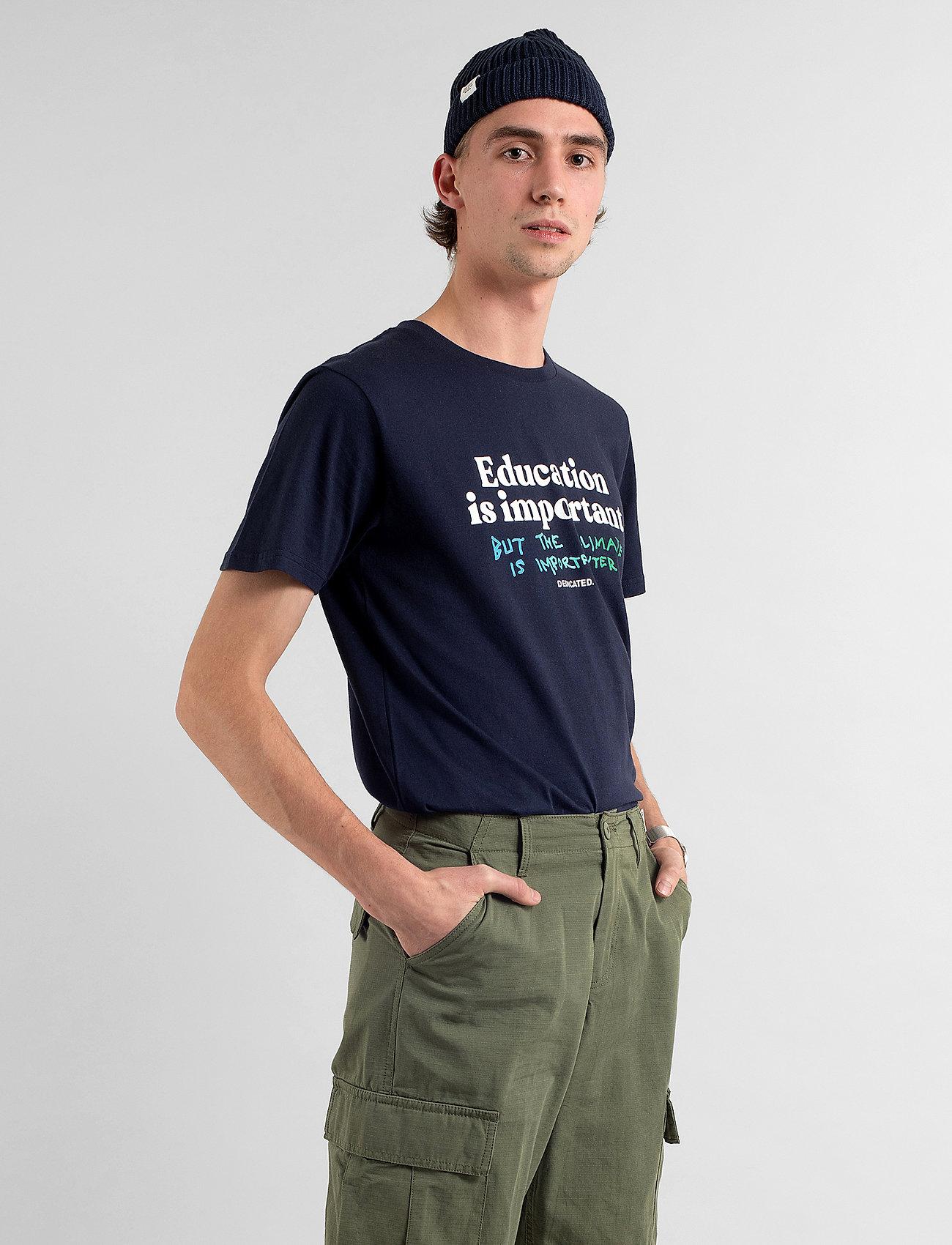 DEDICATED T-shirt Stockholm Education - T-skjorter NAVY - Menn Klær