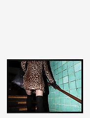 Democratic Gallery - Poster Leopard Dress - wystrój domu - yellow - 0