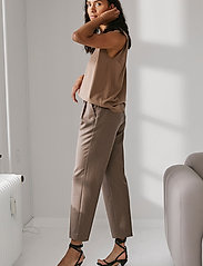 DESIGNERS, REMIX - Mandy Muscle Tee - strikkede toppe - taupe - 3