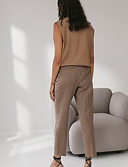 DESIGNERS, REMIX - Mandy Muscle Tee - strikkede toppe - taupe - 4