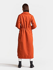 Didriksons - HANNA WNS COAT - trenchcoats - ember red - 4
