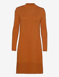 Dresses flat knitted - stickade klänningar - rust brown
