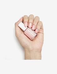 Essie - midsummer collection - nagellack - everything's rosy 719 - 2