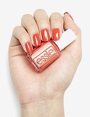 Essie - midsummer collection - nagellack - feelin' poppy 722 - 2