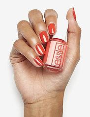 Essie - midsummer collection - nagellack - feelin' poppy 722 - 3