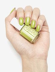 Essie - midsummer collection - neglelak - come on clover 724 - 2