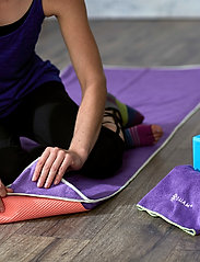 Gaiam - Stay Put Yoga Mat Towel - yogamatten & uitrusting - purple - 3